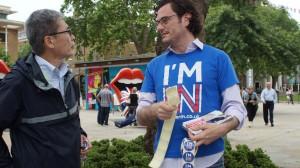 街頭で支持を呼びかける残留派の若者