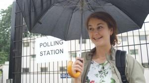 『ハフィントンポスト紙』の記者をしているという彼女は、どちらに投票するか悩んだ末、前の夜に決断したという。投票所前で